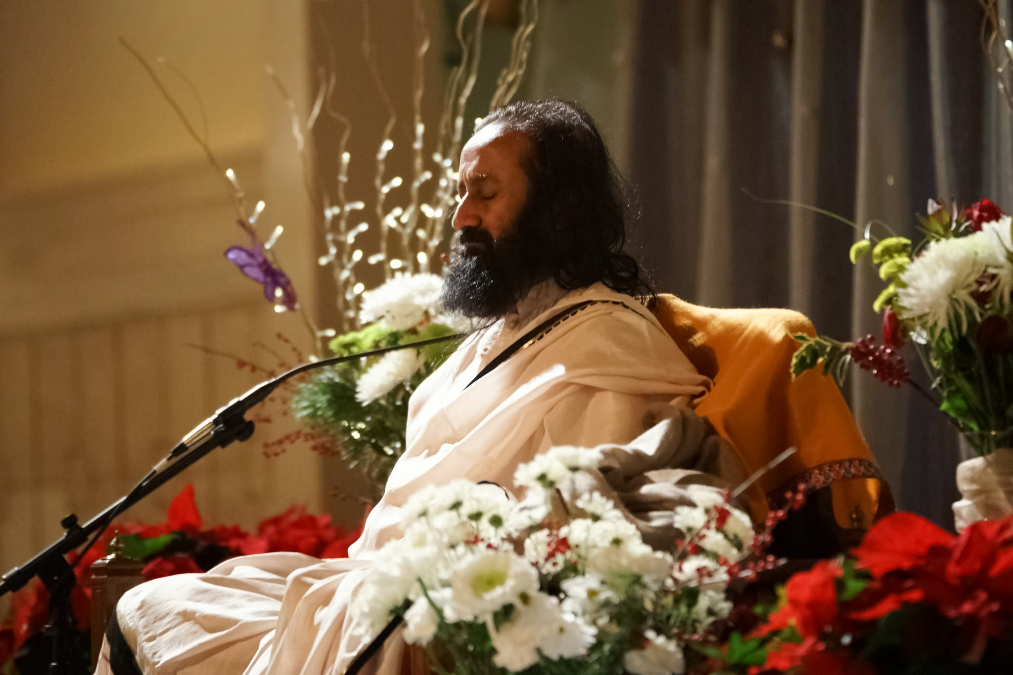 Sri Sri leads the Christmas meditation in Boone