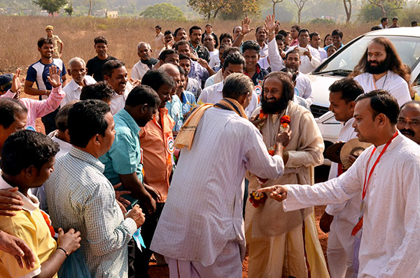 Sri Sri being welcomed by the villagers near Sri Sri University