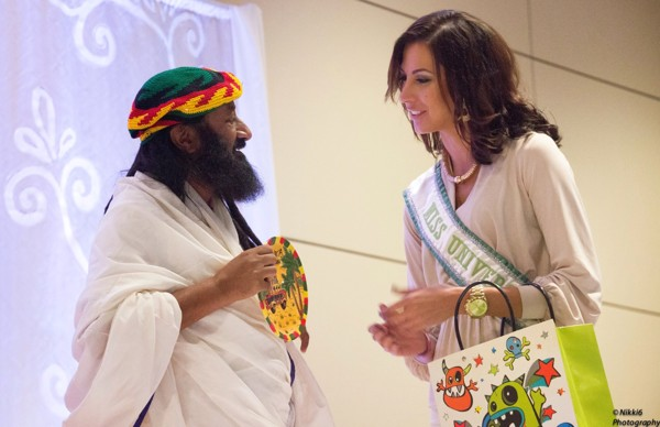 sri sri ravi shankar was offered a traditional Jamaican hat by Jamaica Miss Universe