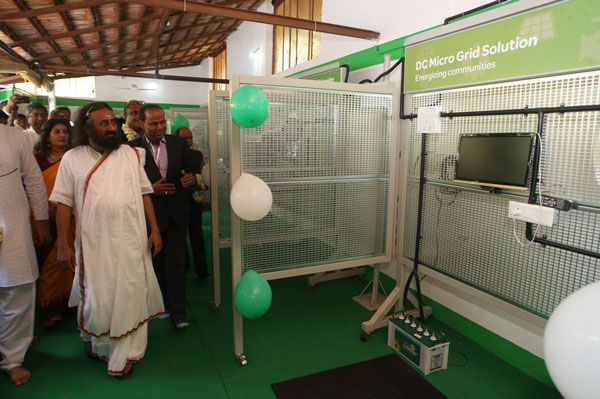 solar-energy-center-gurudev-sri-sri-ravi-shankar-looking-at-the-solar-powered-tv-as-part-of-the-exhibits