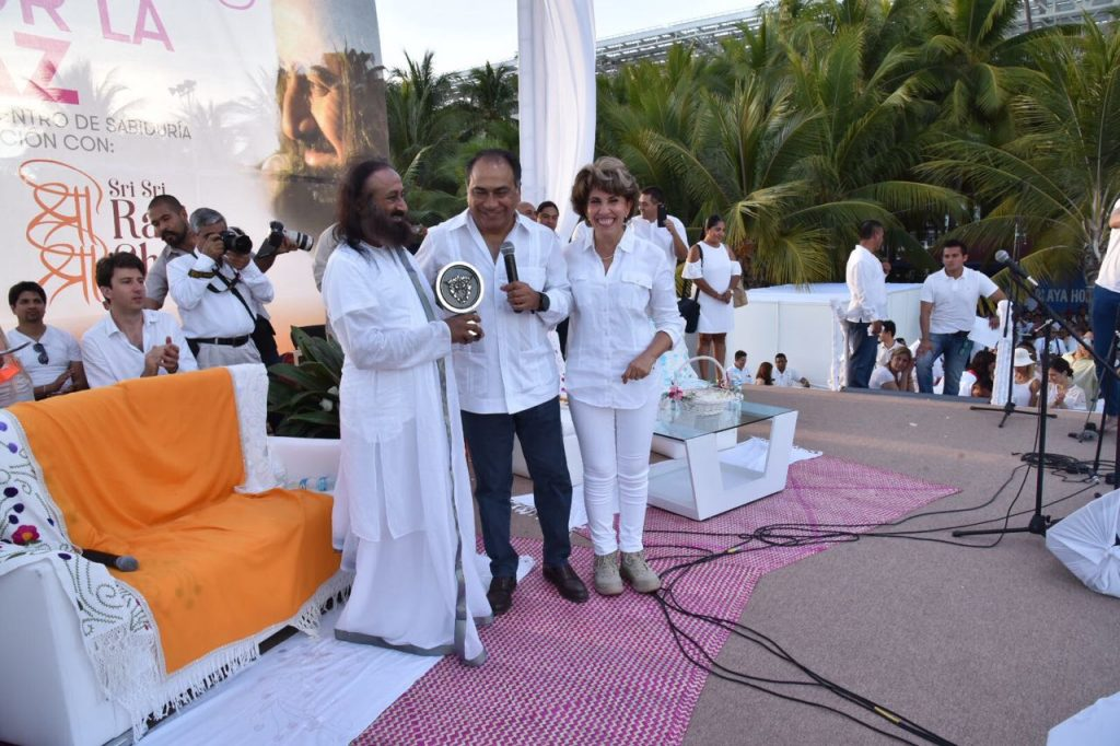Gurudev being presented Ambassador of Peace Award, an award that has only been presented to three people by the state so far