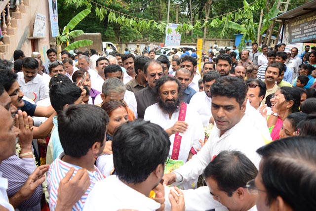 Gurudev arrives at the inauguration of Kshema Telemedicine Healthcare Clinic